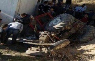 Traktör Devrildi; 1 Ölü, 2 Yaralı