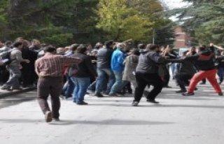Üniversitede Öğrencilerin Sopalı Kavgası
