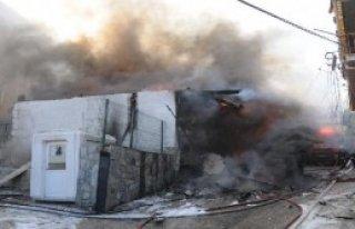 Yanan Ahşap Bina Söndürülürken Çöktü