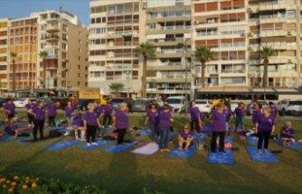Alzaymır farkındalığı için Kordon'da yoga yaptılar