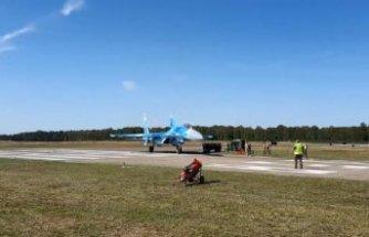 Savaş uçağı, pist kenarındaki görevlileri savurdu