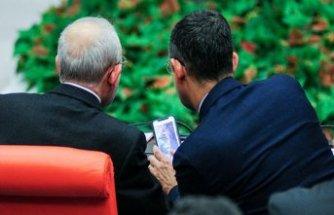 Özel'in Kılıçdaroğlu'na gösterdiği fotoğraflar merak uyandırdı