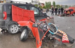 Sivas'taki Kazada Otomobil İkiye Bölündü