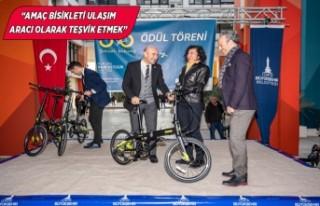 Tunç Soyer İzmirli bisikletçilere ödüllerini...