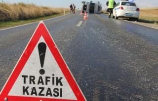 İzmir'de otomobille kamyonet çarpıştı