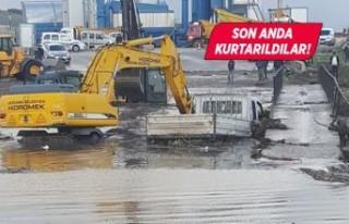 İzmir'de taşkın sularına kapılan araçtaki...