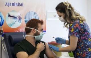 Kovid-19 aşısı yaptıran sağlık çalışanı...
