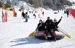 Off-road tutkunları Palandöken'de kar raftingi...