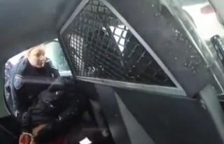 ABD'de siyahi kıza biber gazı sıkan polisler...