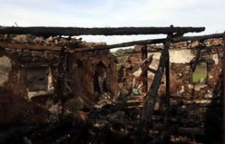 Yıldırım isabet eden 2 katlı ev küle döndü