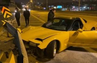 Lüks otomobil bariyerlere çarptı, sürücüsü...