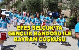 Efes Selçuk'ta gençlik bandosu ile bayram coşkusu