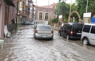 Kula'da sağanak; cadde ve sokaklar göle döndü