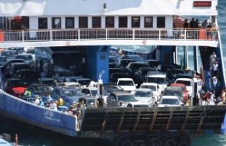 Çanakkale feribot iskelesinde tatilcilerin dönüş...