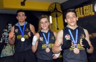 Kick boksta engel tanımayıp şampiyon oldular