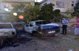Adana'da Biri Hurda 3 Otomobil Yandı