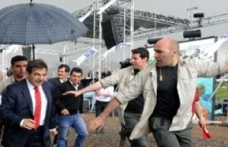 Bakan Güllüce'ye Yağmur Altında Koruma