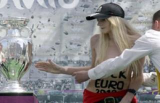 FEMEN, Avrupa Kupasını Yere Fırlattı