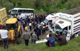 Midibüs Kamyonla Çarpıştı: 2 Ölü, 15 Yaralı