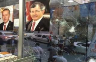 AK Parti Seçim İrtibat Bürosu'na Taşlı Saldırı