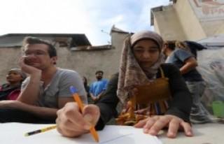 Kuklalar Suriyeli Çocukları Sevindirdi