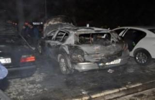 İzmir'de 3 Otomobil Yandı