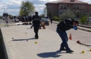 Polis, Bıçaklı Saldırganı Bacağından Vurdu