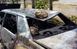 Taş Attıkları Otomobili Ateşe Verdiler