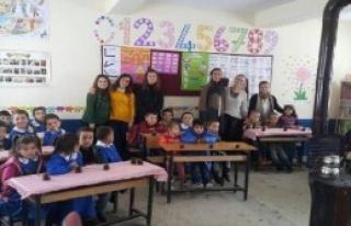 Köyün Çocuklarını Sevindirdiler