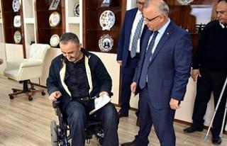Tekerlekli sandalyesi çalınan engelliye Başkan...