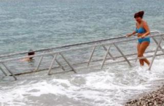 Tatilciler Kapalı Havada Denize Girdi