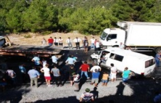 Kamyonla Minibüs Çarpıştı: 8 Yaralı
