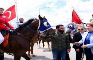 Akşener'i Erzurum'da Ciritciler Karşıladı