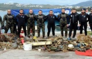 Denizden 700 Kilo Çöp Çıktı