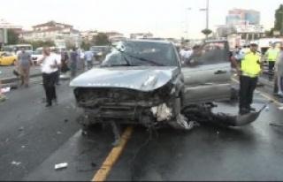 Cip İle Metrobüs Kafa Kafaya Çarpıştı: 6 Yaralı...