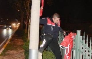 Polisten Refüjde Bayrak Operasyonu
