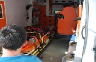 Otomobil Bariyerlere Çarptı: 3'ü Çocuk 7 Yaralı