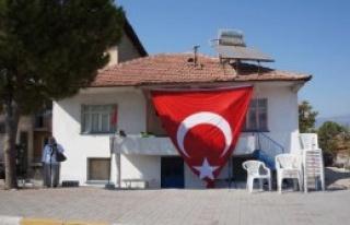 Şehidin Evine Yeniden Dev Türk Bayrağı Asıldı