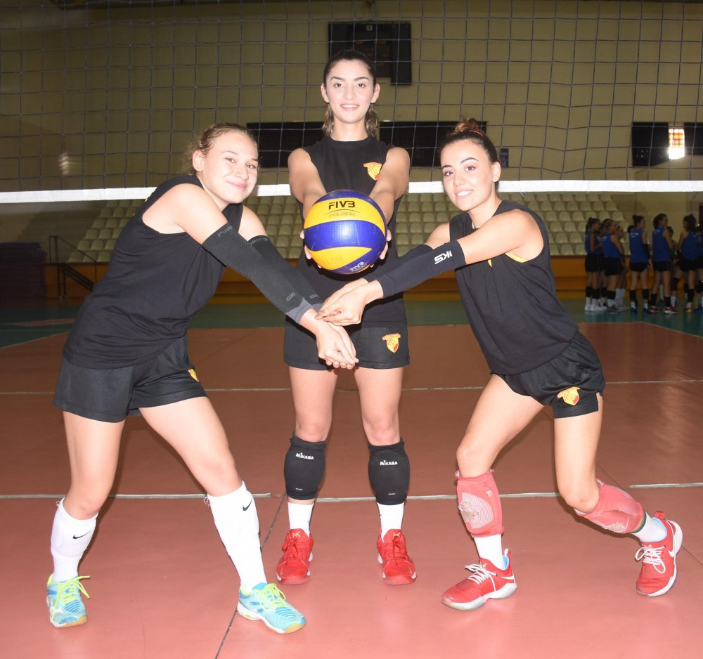 Futbol ve hentbolda İzmir'i Süper Lig'de temsil eden Göztepe, kadın voleybolunda tam 11 yıl sonra liglere dönecek olmanın heyecanını yaşıyor. Son olarak 2008 yılında bu branşta mücadele eden Göztepe, Rota Koleji ile yapılan iş birliği sonucunda Kadın Voleybol A Takımı'nı yeniden oluşturdu. Antrenör İlker Alkan yönetiminde 16 kişilik kadrosuyla Gaziemir Spor Salonu'nda çalışmalarına başlayan sarı-kırmızılılar, Rota Koleji'nin yarışmacı haklarını hiçbir bedel ödemeden aldı. Rota Koleji'nin teklifiyle gerçekleşen iş birliğinin ardından Göztepe filede yeniden faaliyete geçti. ile ilgili görsel sonucu